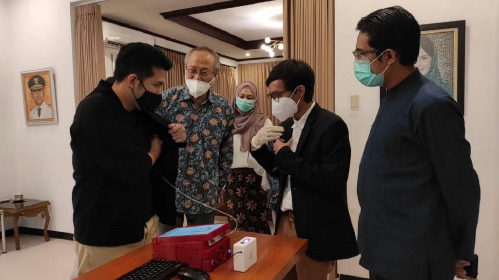 Wakil Gubernur Jawa Timur, Emil Elestianto Dardak ketika melakukan tes menggunakan i-Nose C-19 yang dikembangkan ITS