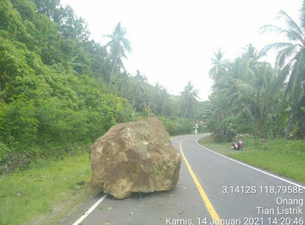 Runtuhan batu dan longsor yang menimpa ruas jalan Majene-Mamuju usai terjadi gempa