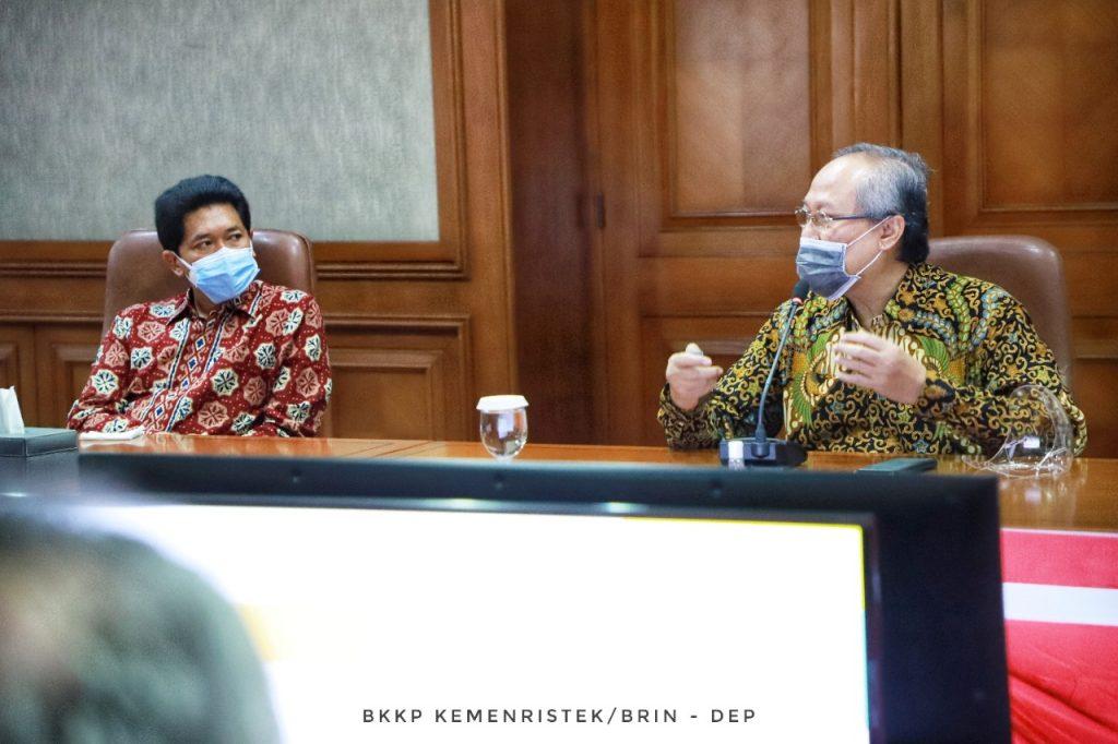 Guru besar ITS Prof Drs Ec Ir Riyanarto Sarno MSc PhD (kanan) didampingi Wakil Rektor IV ITS Bambang Pramujati ST MScEng PhD saat menjelaskan i-nose c-19 kepada Menristek/Kepala BRIN Prof Bambang Brodjonegoro di Jakarta