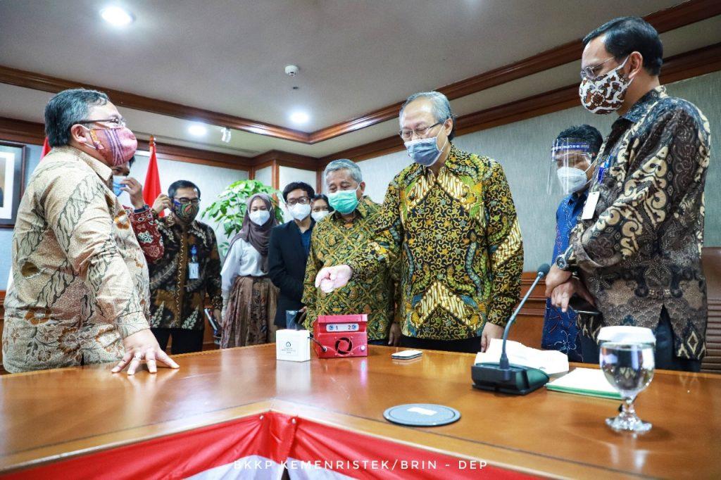 Prof Drs Ec Ir Riyanarto Sarno MSc PhD (tiga dari kanan) menjelaskan kecanggihan i-nose c-19 di hadapan Menristek dan Kepala BRIN Prof Bambang Brodjonegoro PhD (kiri)