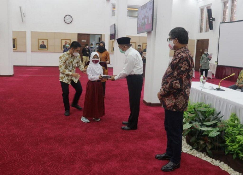 Penyerahan donasi gawai oleh IKA ITS secara simbolis kepada perwakilan murid bersama Menteri Koordinator PMK RI