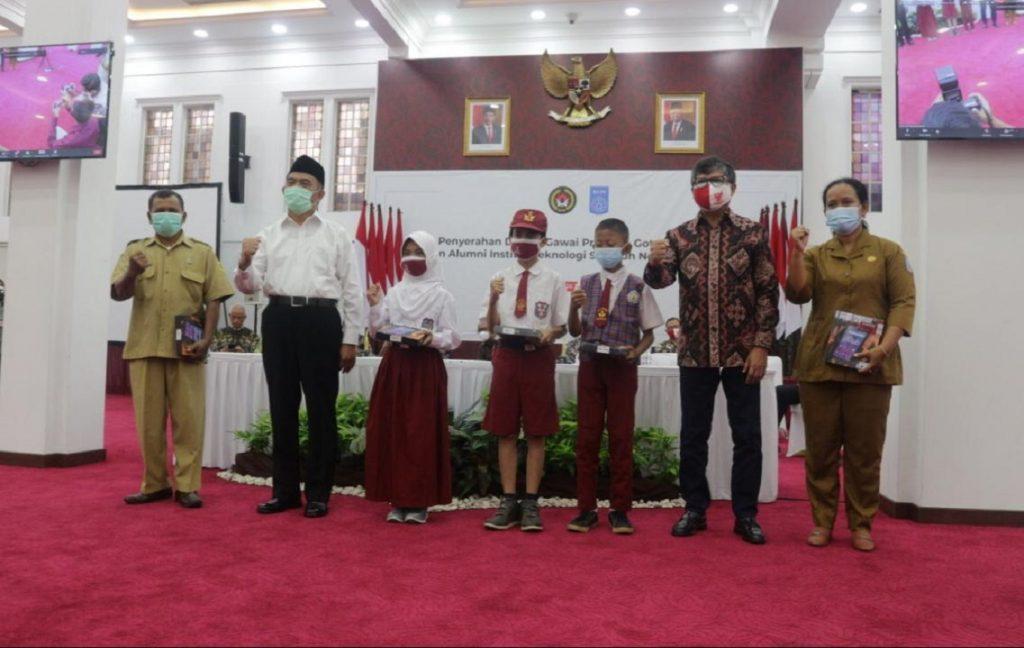 Menteri Koordinator PMK dan Ketua IKA ITS bersama dengan perwakilan sekolah penerima bantuan gawai