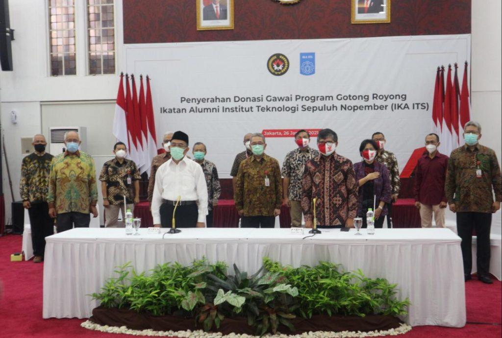 Acara penyerahan donasi gawai yang dihadiri oleh Menko PMK, Ketua IKA ITS, beserta jajaran pejabat dari Kemenko PMK, ITS, IKA ITS, serta perwakilan sekolah