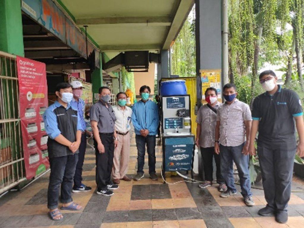 Tim Abmas Departemen Teknik Elektro ITS beserta perwakilan PD Pasar Surya bersama alat PETIS