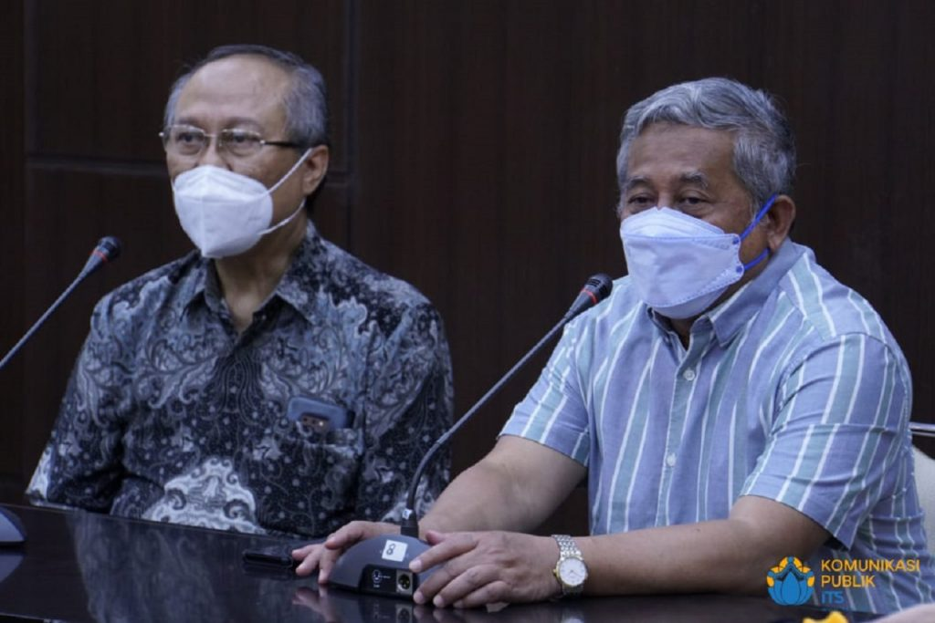 Prof Drs Ec Ir Riyanarto Sarno MSc PhD (kiri) dan Prof Dr Ir Muhammad Nuh DEA saat menyampaikan sambutan di acara serah terima i-nose c-19