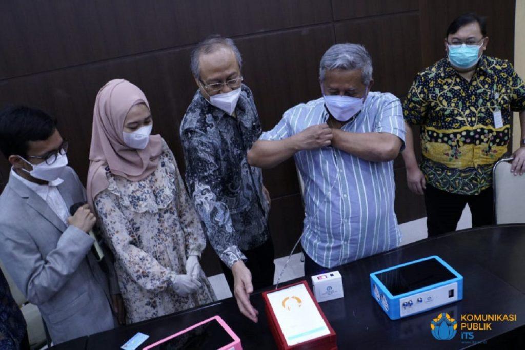 Prof Dr Ir Muhammad Nuh DEA saat mencoba alat skrining i-nose c-19