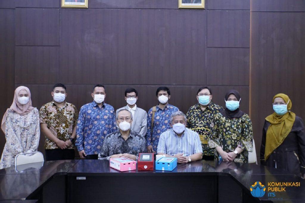 Foto bersama usai seremoni penyerahan i-nose c-19 di RSI Jemursari Surabaya