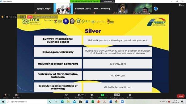 Medali perak yang berhasil diraih Tim Global Millennial Group dari ITS