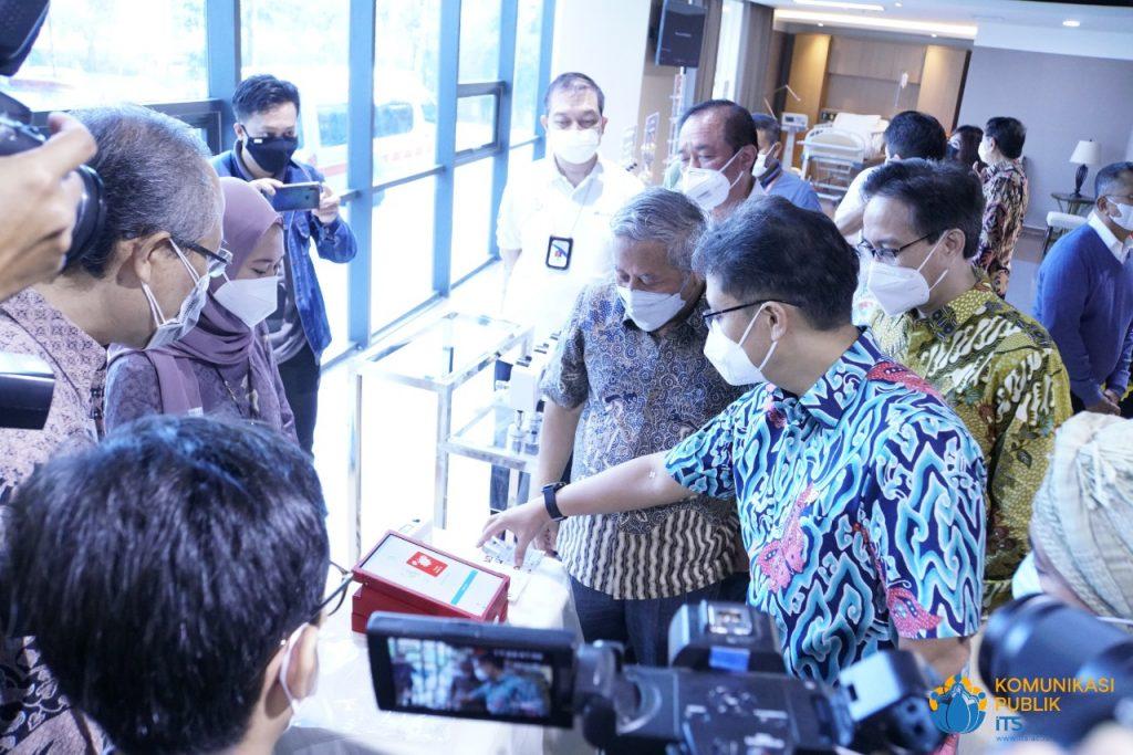 Menteri Kesehatan RI Ir Budi Gunadi Sadikin CHFC CLU meninjau langsung alat deteksi Covid-19 i-nose c-19 karya guru besar ITS