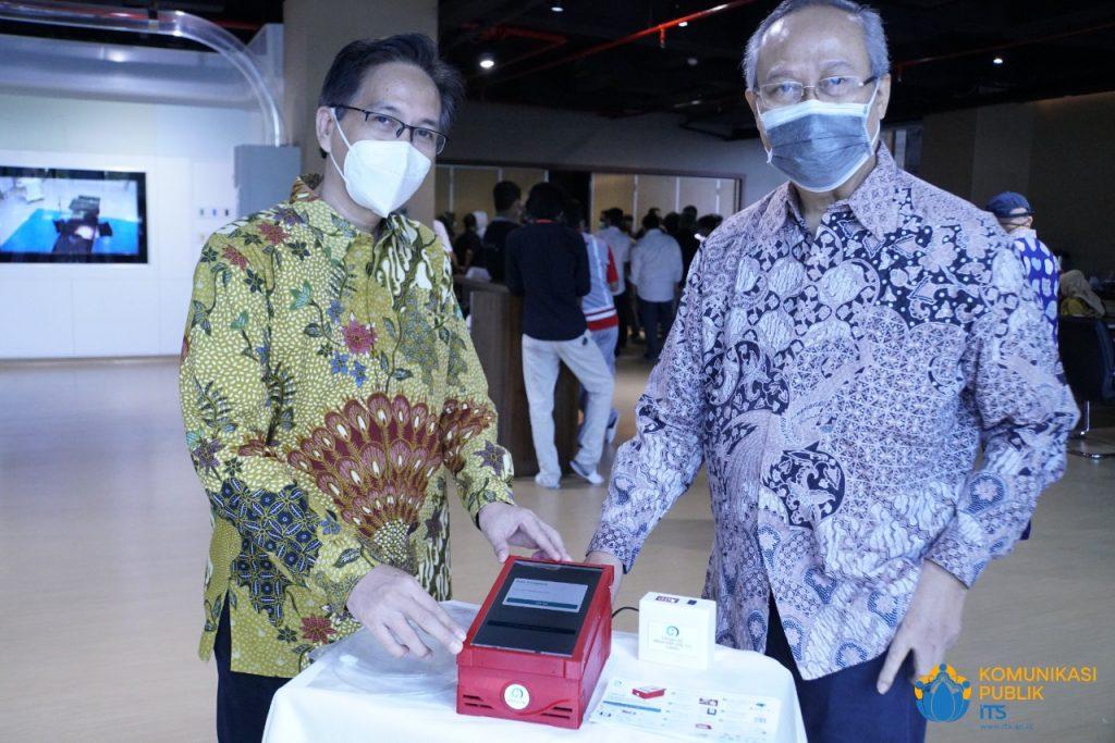 Rektor ITS Prof Dr Ir Mochamad Ashari MEng (kiri) dan Prof Drs Ec Ir Riyanarto Sarno MSc PhD menunjukkan perangkat i-nose c-19