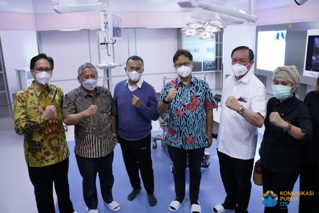 (dari kiri) Rektor ITS Prof Mochamad Ashari, Ketua MWA ITS Prof Mohammad Nuh, Dahlan Iskan, Menkes Budi Gunadi Sadikin, dan Dirut Samator Group Arief Harsono