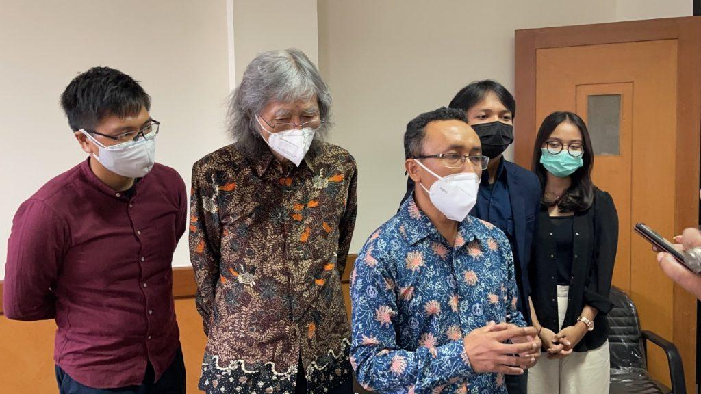 Dr Agung Purniawan ST MEng (berbatik biru) saat memberi penjelasan di sebuah acara