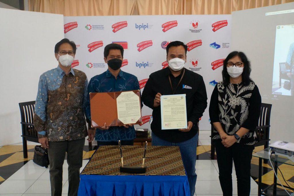 Wakil Rektor IV ITS Bambang Pramujati ST MScEng PhD dan Kepala BPIPI Edi Suhendra menunjukkan Memorandum of Understanding (MoU) yang telah ditandatangani