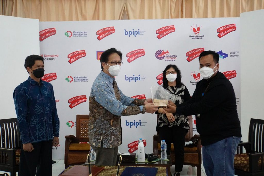 Kepala BPIPI Edi Suhendra dan Rektor ITS Prof Dr Mochamad Ashari saat bertukar cendera mata usai penandatanganan MoU