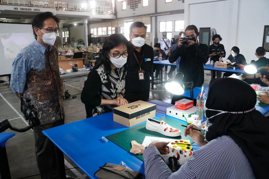 Dirjen Kemenperin Gati Wibawaningsih dan Rektor ITS Prof Dr Mochamad Ashari saat melihat peserta lomba Creative Footwear Design