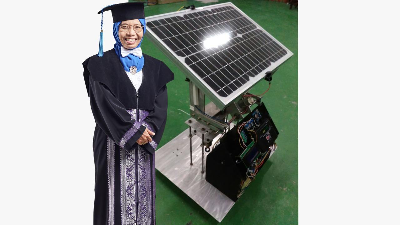Prof Dr Dra Mardlijah MT, guru besar Matematika ITS, bersama prototipe solar tracker T2FSMC karyanya