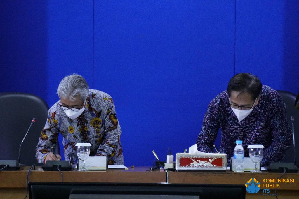 Kepala SKK Migas Dr Ir Dwi Soetjipto (kiri) dan Rektor ITS Prof Dr Ir Mochamad Ashari saat menandatangani MoU di Rektorat ITS