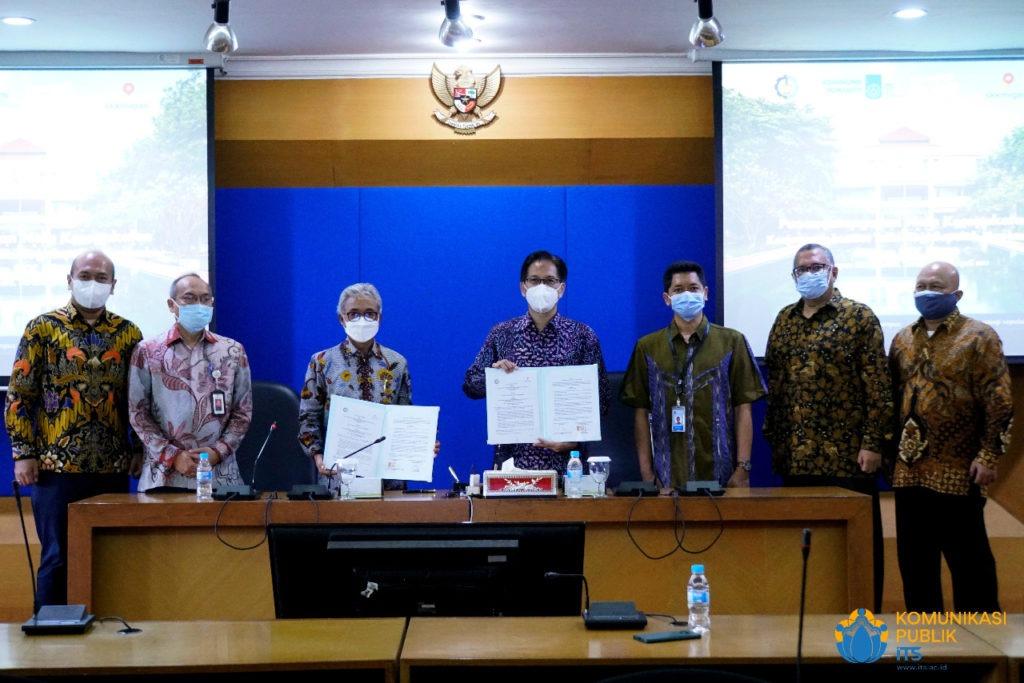 Foto bersama jajaran pimpinan ITS dengan SKK Migas usai penandatanganan MoU di Gedung Rektorat ITS
