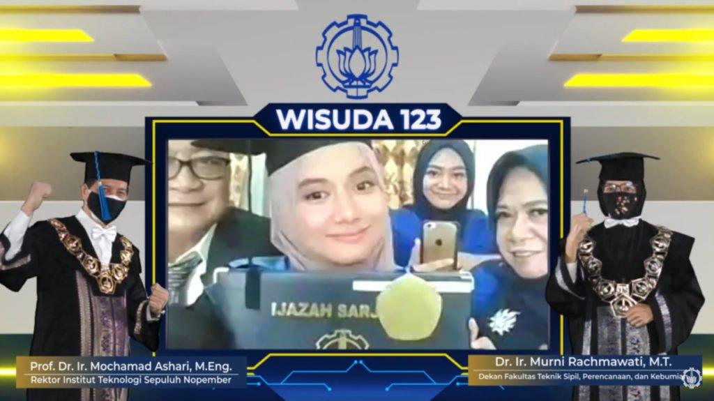 Potret salah satu wisudawan ITS Wening Vio Rizqi Ramadhani bersama keluarga dalam wisuda secara daring
