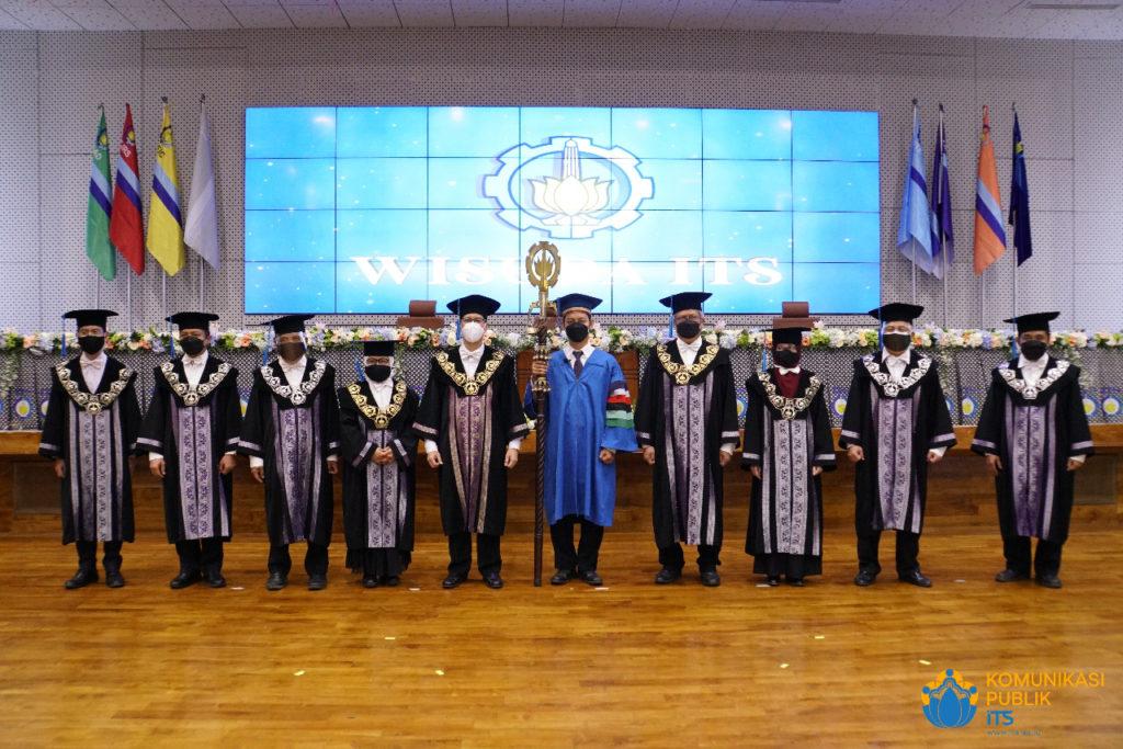 Prosesi Wisuda ke-123 ITS yang dilakukan secara luring dari Auditorium Gedung Pusat Riset ITS