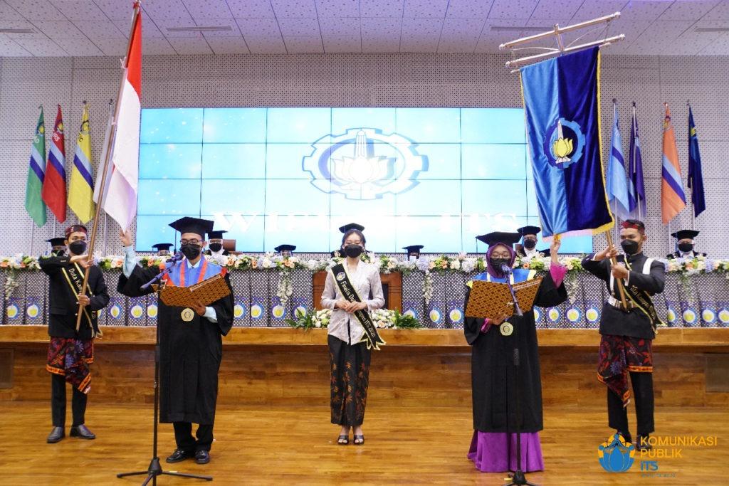 Pengucapan janji wisudawan yang dipimpin oleh wisudawan Muhammad Kadarisman dan Nada Nibrassalbila Rosadi serta didampingi oleh finalis Duta Kampus ITS Angelica Monica Puspitasari (tengah)