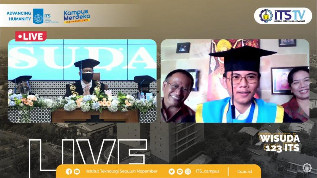Komang Yogananda Mahaputra Wisna (bertoga di frame kanan) sebagai wisudawan terbaik program sarjana pada Wisuda ke-123 ITS