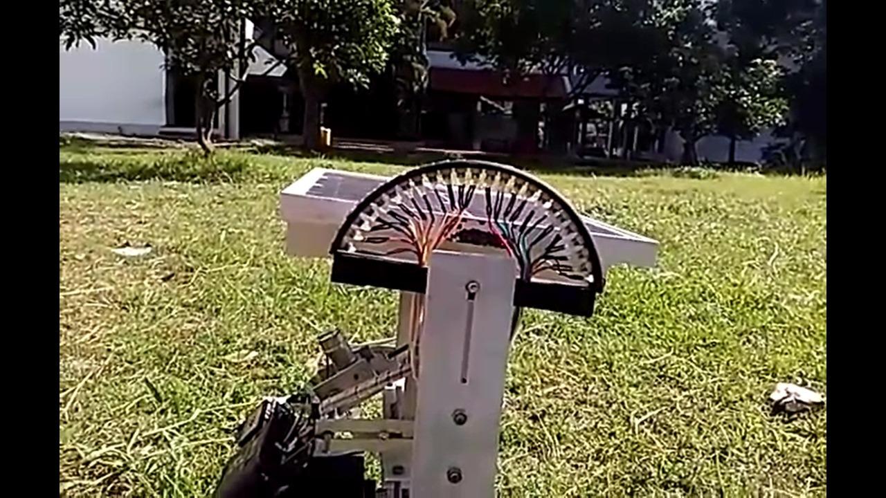 Potret prototipe solar tracker gagasan guru besar ITS Prof Dr Dra Mardlijah MT saat diuji coba di lapangan