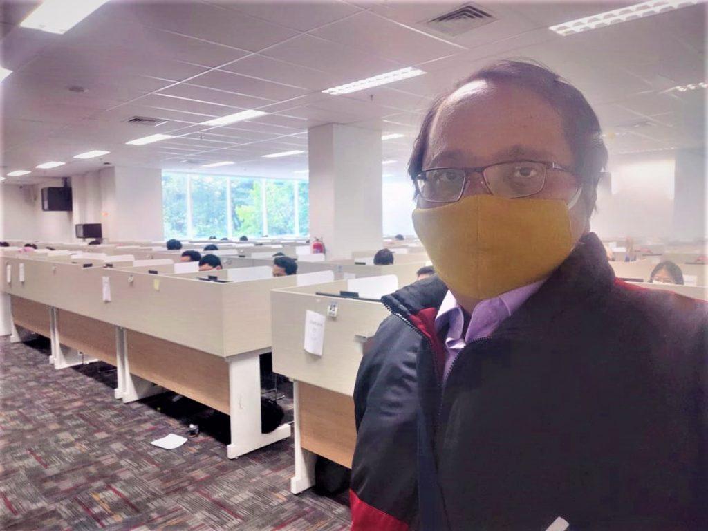 Kepala Seksi Pengembangan Talenta Direktorat Kemahasiswaan (Ditmawa) ITS, Hakun Wirawasista Aparamarta ST MMT PhD ketika memantau latihan mahasiswa untuk kompetisi PKM