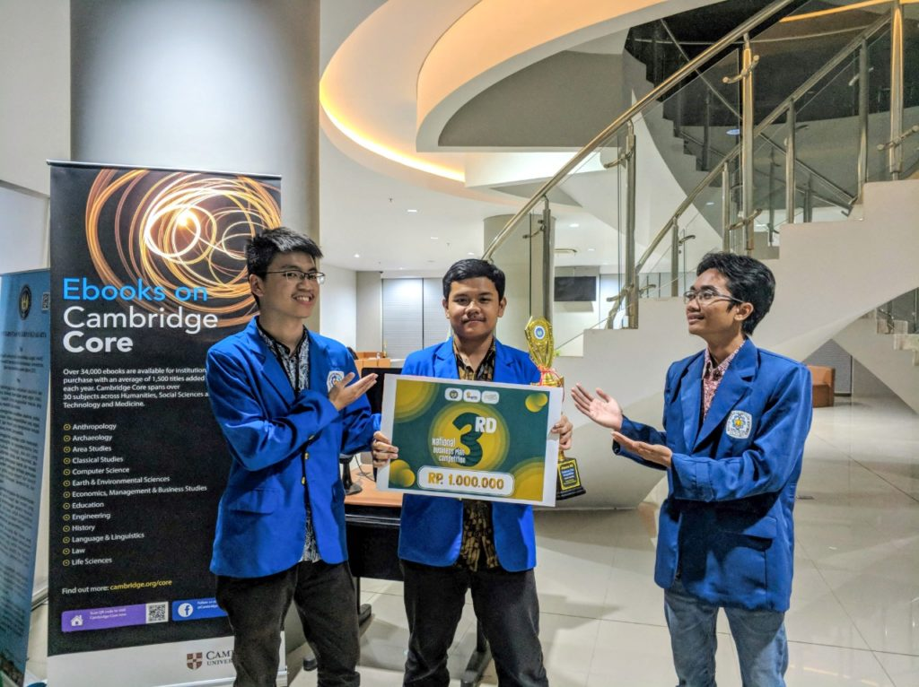 Brilian Putra Amiruddin (tengah) dan tim ketika juara 3 lomba Business Plan tingkat nasional di Universitas Negeri Yogyakarta tahun 2019