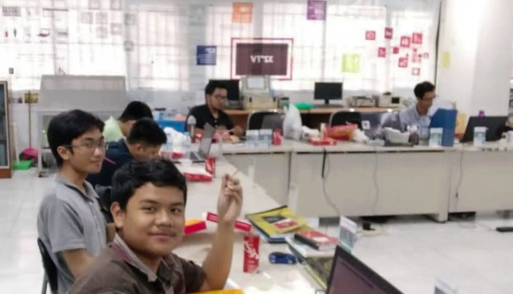Brilian Putra Amiruddin dan teman-teman ketika menjadi Asisten Laboratorium Pengaturan dan Otomasi Industri, Departemen Teknik Elektro ITS