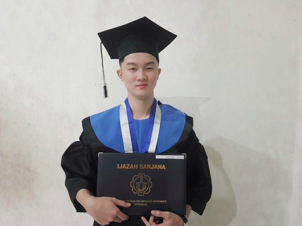 Kuntoro Tanoto, wisudawan ITS pada Wisuda ke-123 yang memiliki segudang prestasi terbaik lulus berpredikat Cum Laude dengan IPK 3,70