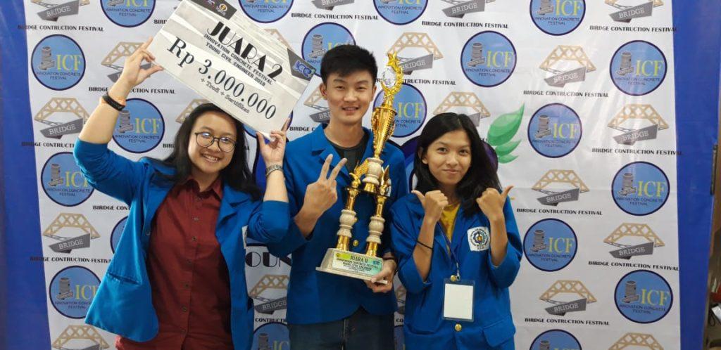 Kuntoro Tanoto dan timnya, saat menjadi Runner Up pada ajang, Young Civil Engineer-Concrete Competition, Universitas Negeri Jember