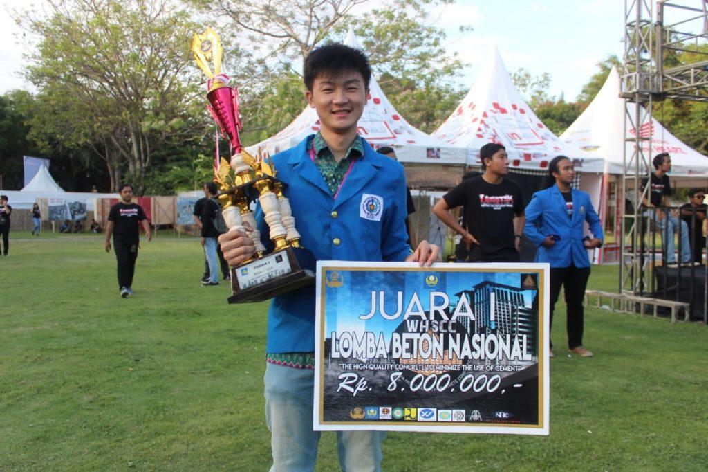 Kuntoro Tanoto saat memenangkan Juara 1 Lomba Beton nasional Warmadewa High Strength Concrete Competition (WHSCC), Universitas Warmadewa