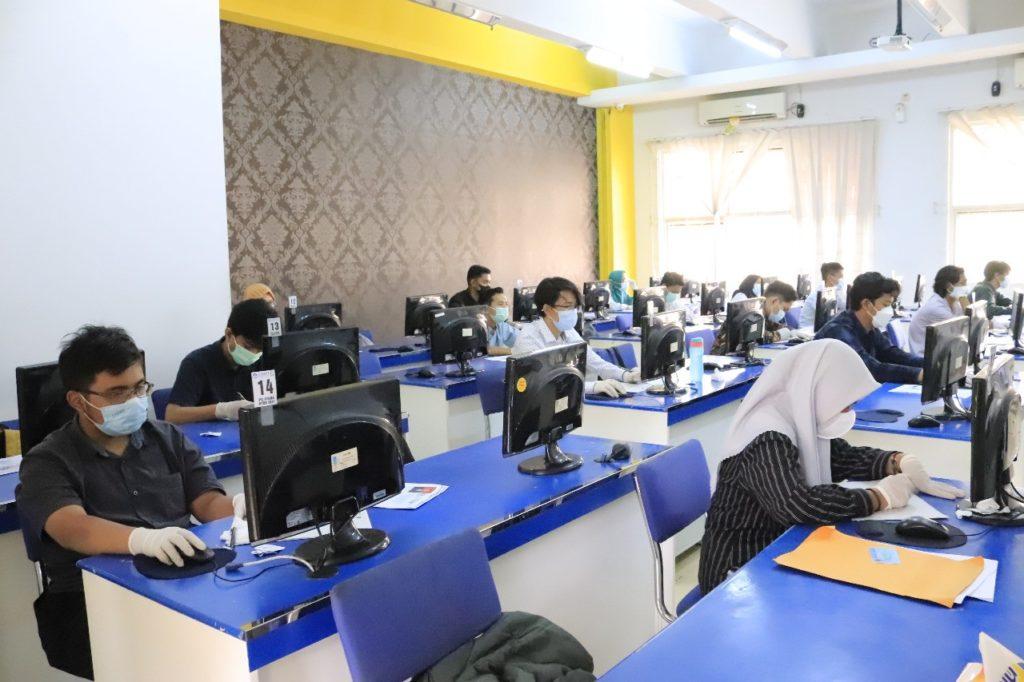 Peserta UTBK di Departemen Teknik Informatika ITS melaksanakan tesnya sesuai protokol kesehatan yang ditetapkan