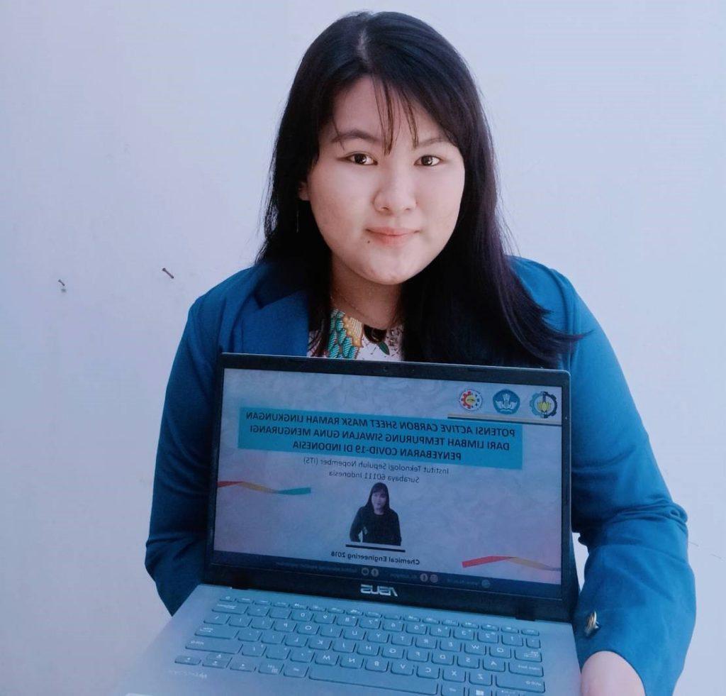 Eunike Rhiza Febriana Setyadi, mahasiswa Departemen Teknik KImia ITS, menampilkan hasil esainya yang inovatif