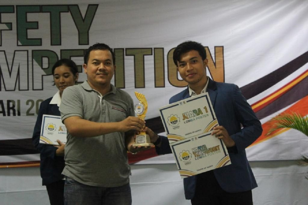 Muhammad Adrian Fadhilah (right) when he won the Safety Competition 2020