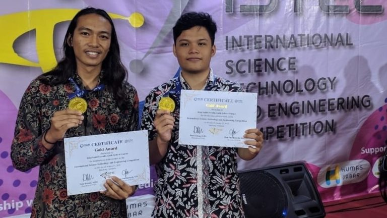 Rifqi Nadhif Arrafid (right) and Galih Syifa'ul Ummah when winning gold medals at the ISTEC 2020 event