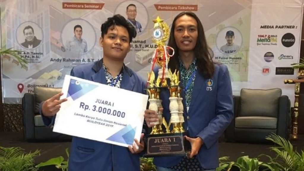 Rifqi Nadhif Arrafid (left) and Galih Syifa'ul Ummah received the award as the first winner of the 2019 BUILDYEAR National KTI Competition