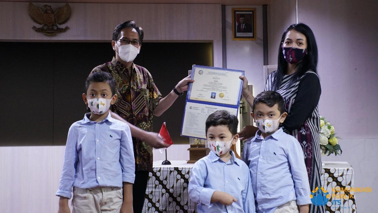 Penyerahan Ijazah Magister oleh Rektor ITS Prof Dr Ir Mochamad Ashari MEng (kiri) kepada Danny Fortune, istri Almarhum Letkol Whilly yang didampingi ketiga anaknya