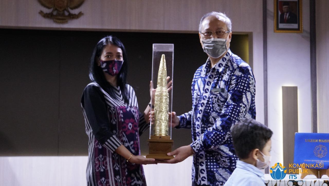 Istri almarhum, Danny Fortune (kiri) menyerahkan suvenir kepada Prof Drs Ec Ir Riyanarto Sarno MSc PhD selaku dosen pembimbing yang berjasa bagi Letkol Whilly