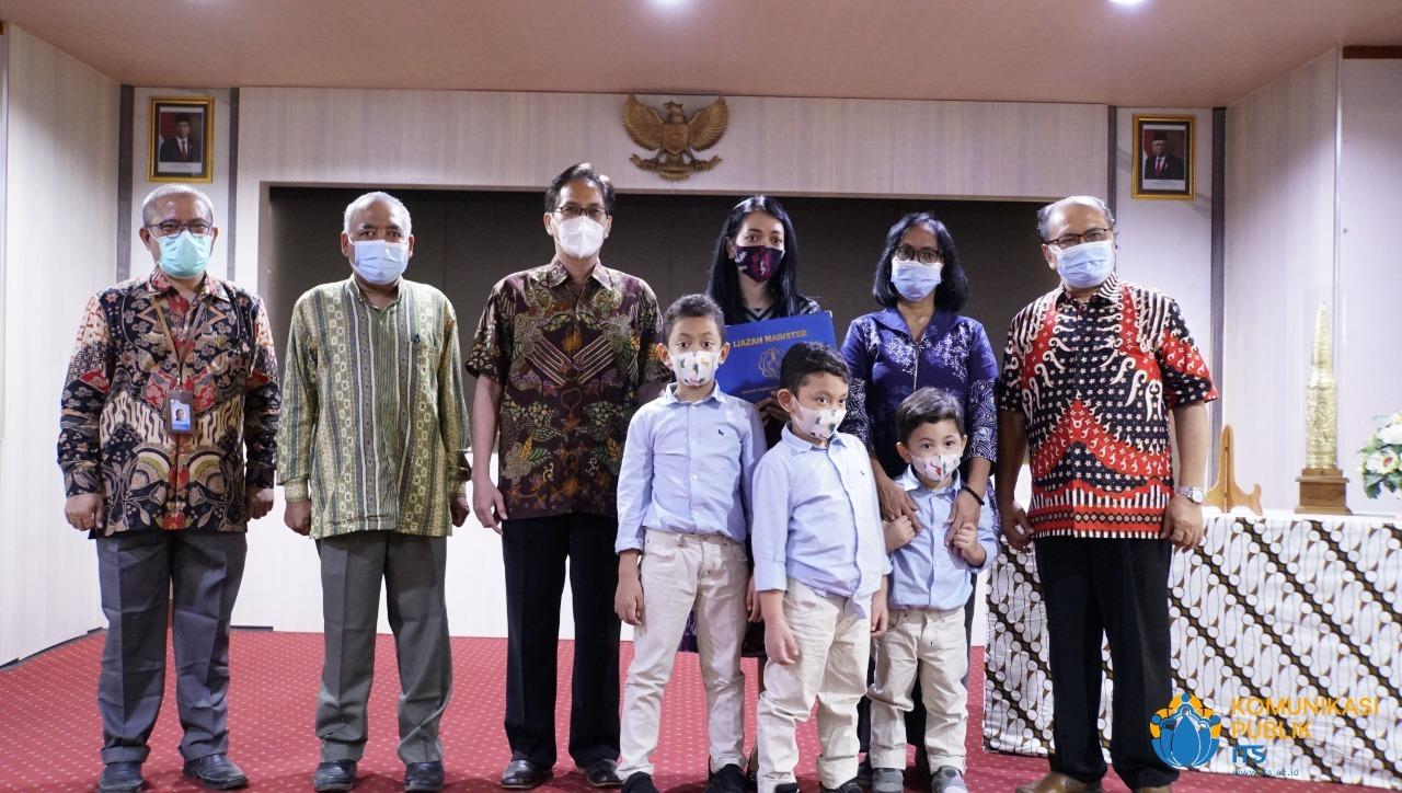 Foto bersama para pimpinan ITS beserta keluarga besar Almarhum Letnan Kolonel Laut(E) (Anm) Fidhelis Whilly Harsono Putra ST usai acara penghormatan