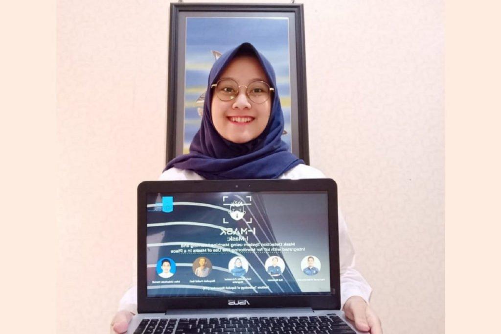 Rahmadilla Primasiwi Nugraha, ketua tim mahasiswa ITS penggagas I-Mask menunjukkan gambaran karya timnya