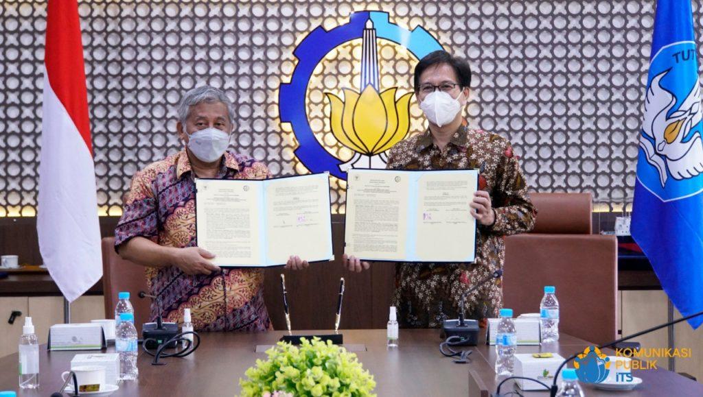 Rektor ITS Prof Dr Ir Mochamad Ashari M Eng (kanan) dan Ketua Badan Pelaksana BWI Prof Dr Ir Muhammad Nuh DEA menunjukkan nota kesepahaman yang telah ditandatangani