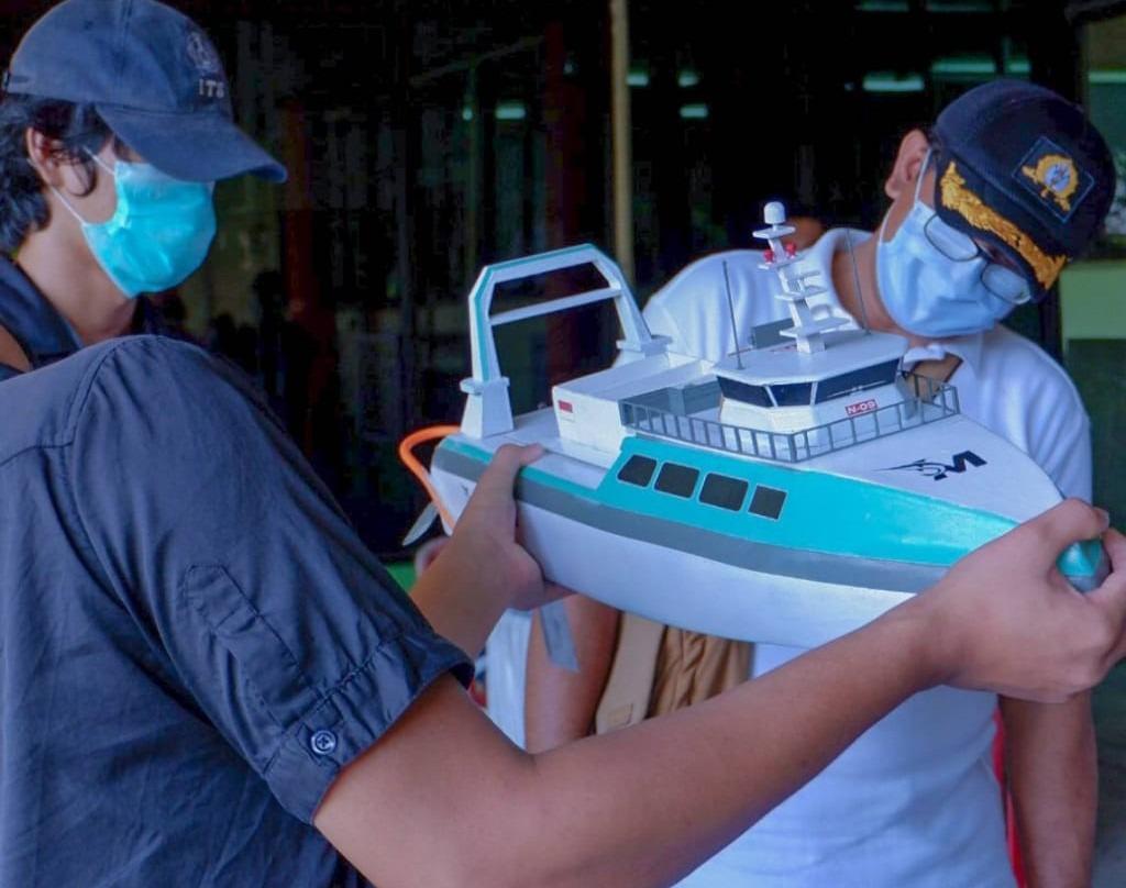 (dari kiri) Muhammad Aulia Fadhlurrahman dan Halen Dinata saat mempersiapkan kapal Marlin gagasan Tim Barunastra ITS untuk diuji coba