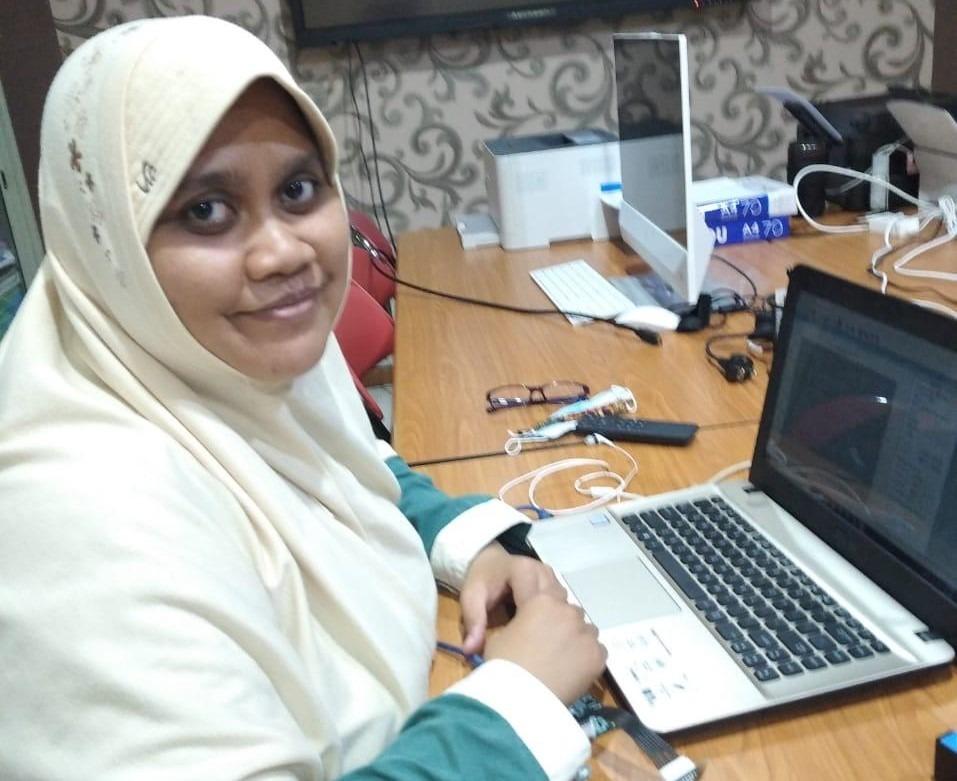 Ika Puspita ST MSc, mahasiswa S-3 Teknik Fisika ITS yang melakukan penelitian untuk mengembangkan sensor serat optik pendeteksi kandungan babi