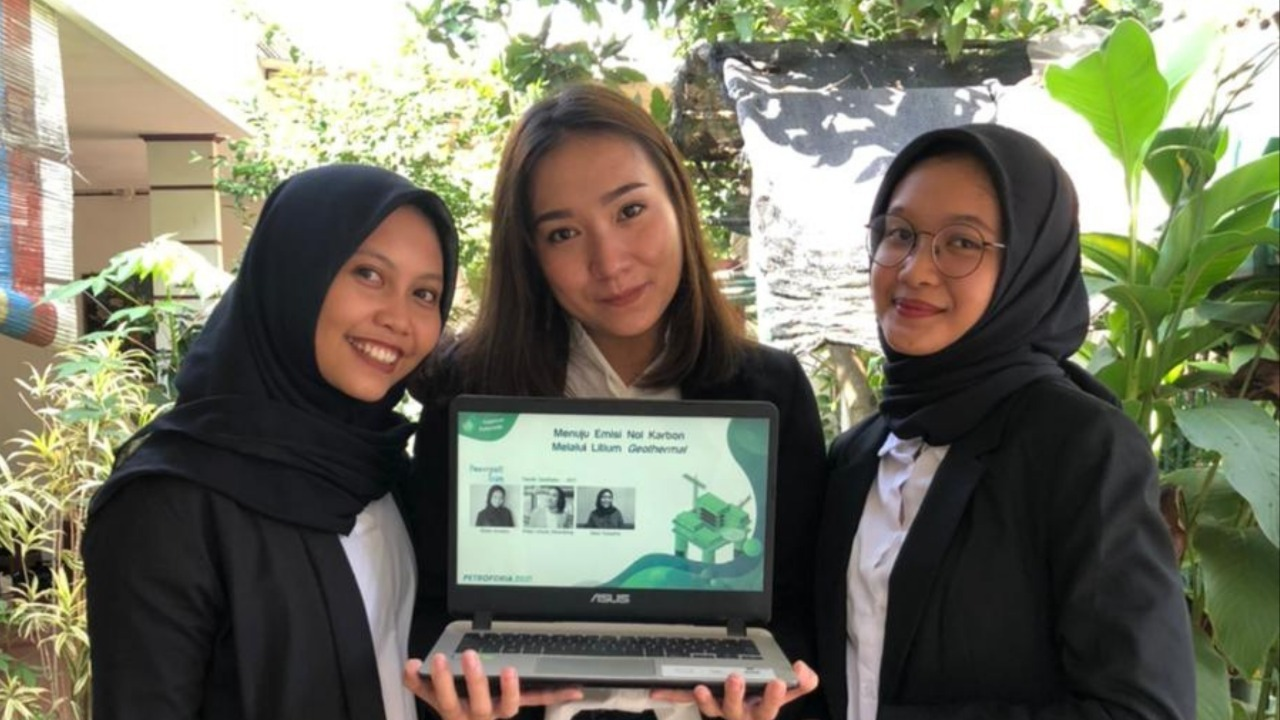 (dari kiri) Dina Yulianita, Hilda Liliana Sihombing, dan Rizka Amelia memamerkan hasil gagasannya berupa ekstraksi langsung lithium dari geothermal brine di Indonesia
