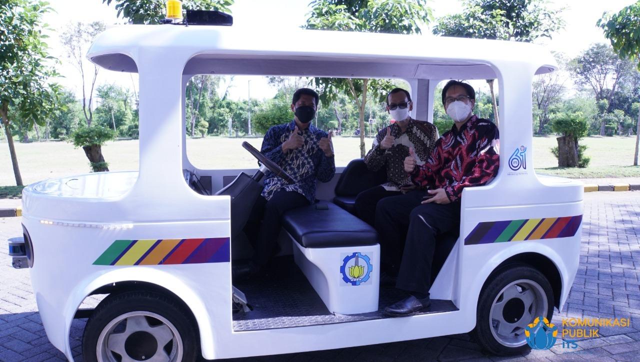 Dirjen Dikti Prof Ir Nizam MSc DIC PhD IPU ASEAN Eng (tengah) naik i-Car bersama Rektor ITS Prof Dr Ir Mochamad Ashari M Eng dan Warek IV ITS Bambang Pramujati ST MScEng PhD
