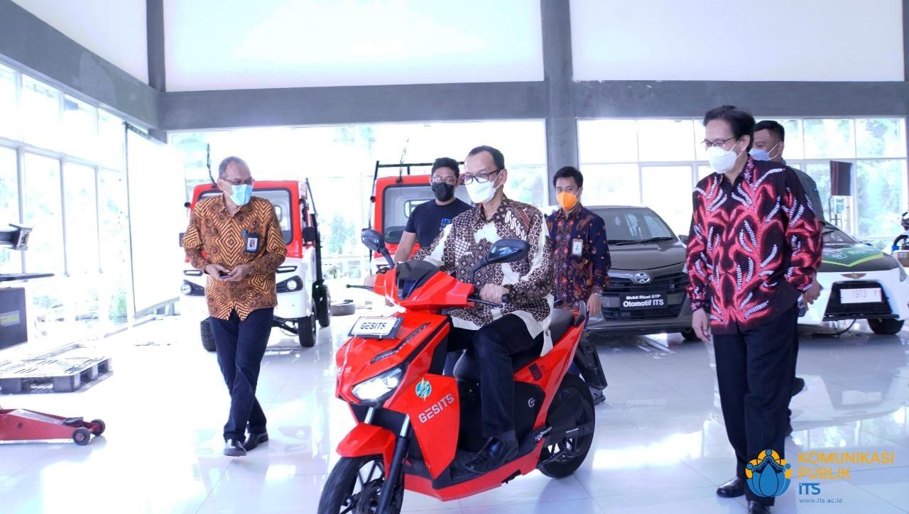 Dirjen Dikti Prof Ir Nizam MSc DIC PhD IPU ASEAN Eng mencoba sepeda motor listrik GESITS, karya sivitas akademika ITS