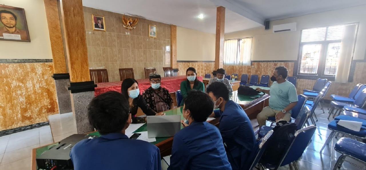 Kegiatan diskusi antara Tim KKN Abmas ITS dengan tokoh masyarakat Desa Tihingan, Klungkung, Bali