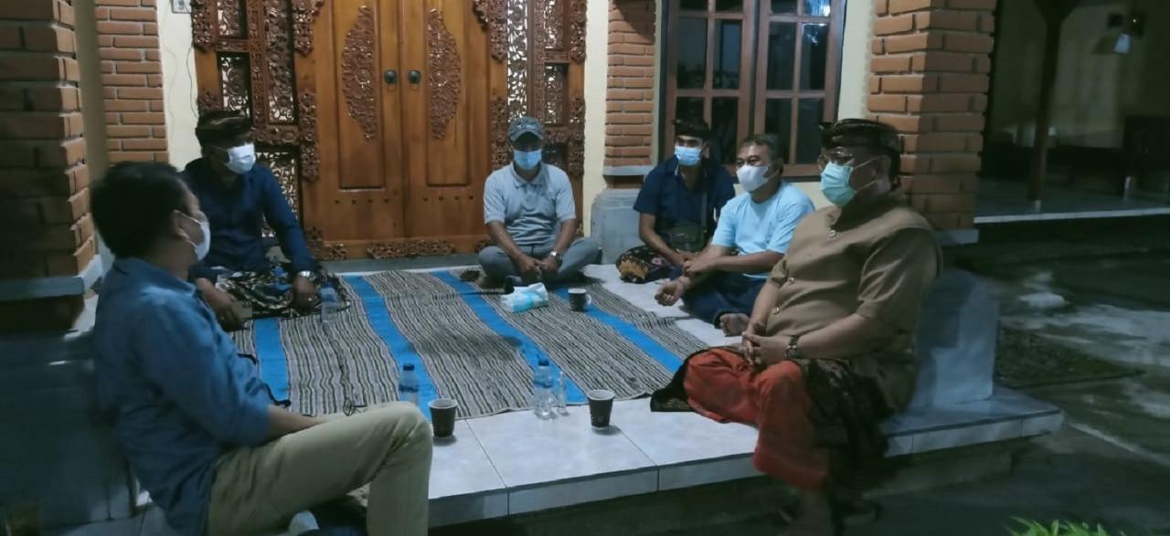 Tim KKN Abmas ITS sedang berdiskusi dengan sejumlah tokoh masyarakat desa setempat